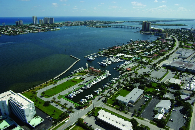Incredible Location - 10 minutes to the Atlantic - 5 minutes to Peanut Island - 0 minutes to fun and hassle free boating!